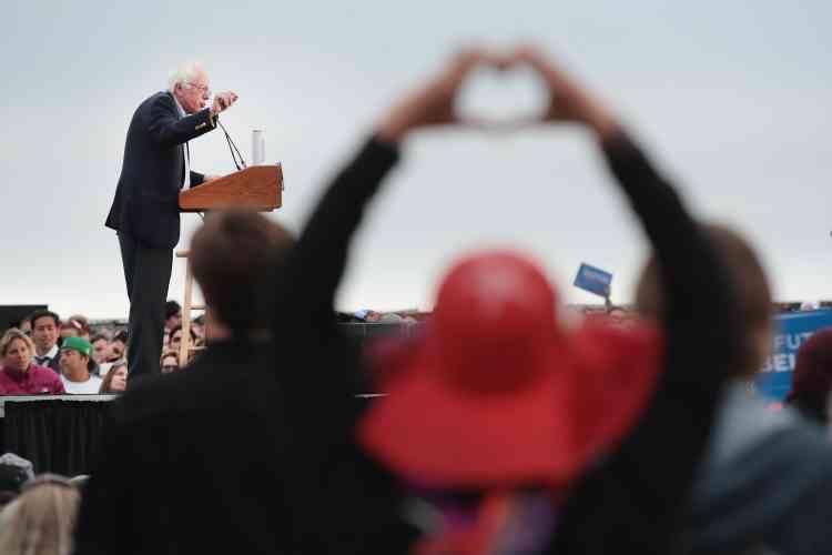 Bernie Sanders s'adresse à une foule de plus de 10000 personnes lors du rassemblement à Chrissy Field dans la base militaire Presidio, le 6juin, à San Francisco.