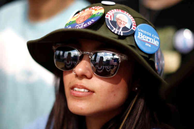 Une supportrice attend l'intervention du sénateur à Los Angeles, en Californie, le 23mai.