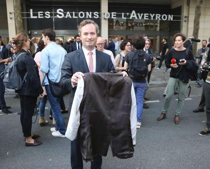 Le 8 juin, le sénateur Jean-Baptiste Lemoyne dénonçait les reculs du gouvernement sur la loi travail en présentant une veste retournée.