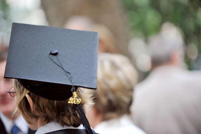 Une étudiante de l'université Paris-VI-Pierre-et-Marie-Curie (UPMC) porte la toque lors de la remise des diplôme de doctorat, le13juin2009, à Paris.