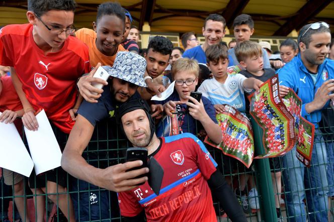 Petr Cech fait des selfies, le 8 juin à Tours.