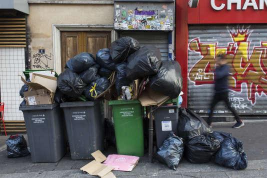 La situation devient critique dans certains arrondissements de Paris alors quele blocage dure dans deux des principaux sites de traitement de déchets de la région parisienne.