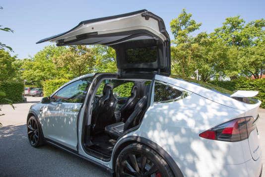 Les portières arrière « falcon wings »,à ouverture verticale,permettent de se glisser plus facilement dans la Tesla Model X.