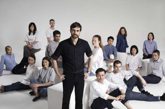 Christophe Lemaire avec l'équipe du nouveau studio de création parisien Uniqlo.