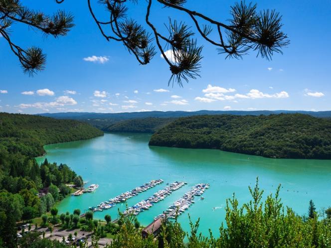 Le lac de Vouglans abrite ports et plages de sable.