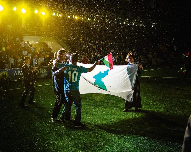 Des supporteurs de l'équipe des Coréens unis du Japon, le 28 mai, au stade de Soukhoumi, lors de la cérémonie d'ouverture.