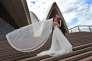 Un couple de mari§s posant sur les marches de l'Opera de Sydney le 7 juin 2016.?