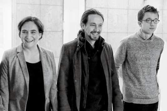 Ada Colau avec les dirigeants de Podemos, Pablo Iglesias (au centre) et Iñigo Errejón.