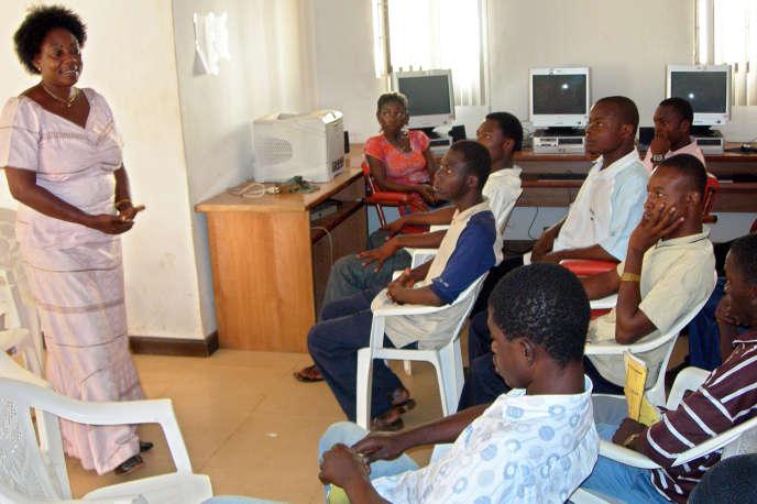 Réunion de prévention du sida pour des adolescents béninois, en 2005 à Cotonou.
