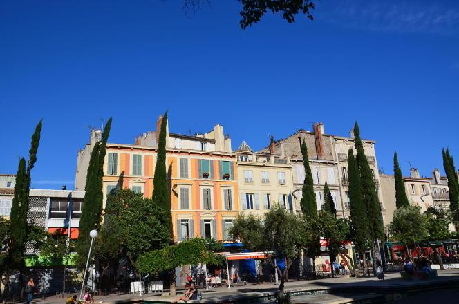 A Marseille,dans les petites rues autour du cours Julien (6e arrondissement), le prix d'un studio ou un deux-pièces à rafraîchir varie entre 55 000 et 100 000 euros.