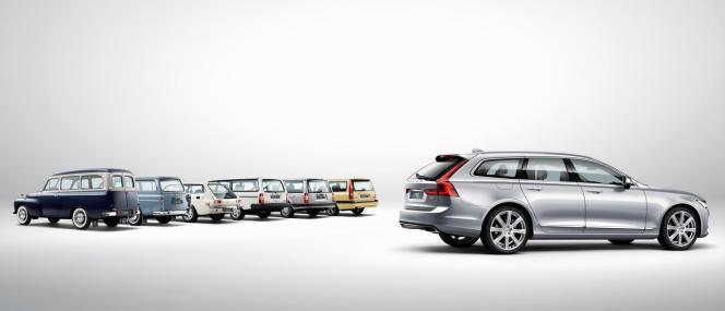 Le break Volvo V90 avec, en arrière-plan, un ensemble d'anciens modèles de la gamme.