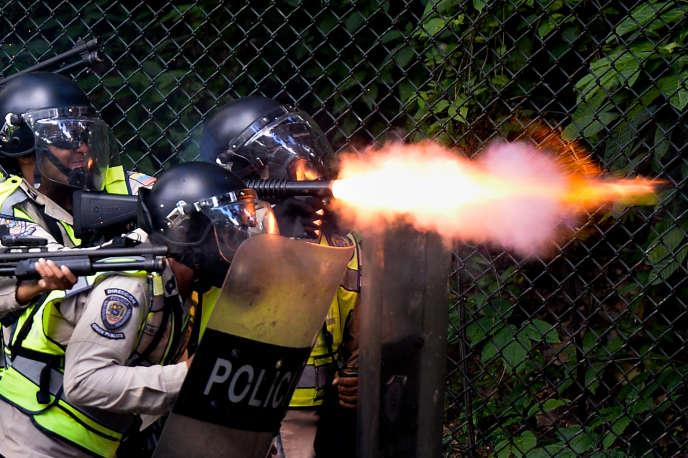 La police anti-émeute tire des balles de caoutchouc sur les étudiants qui veulent le départ du président, à Caracas, le9juin2016.