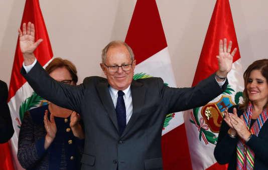 Pedro Pablo Kuczynski devient le président du Pérou.