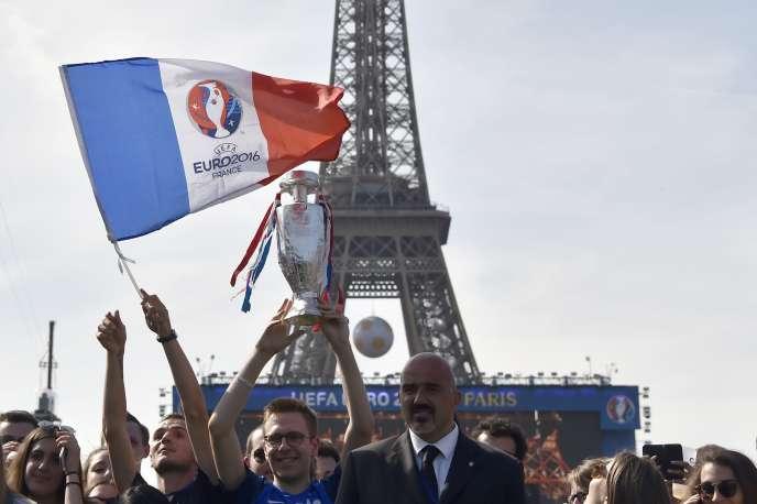 Lors de l'inauguration de la fan-zone duChamp-de-Mars, le 9 juin, à la veille de l'ouverture de l'Euro 2016 de football.