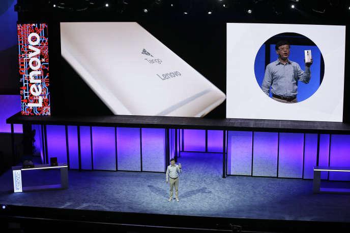 Le PDG de Lenovo, Yuanqing Yang, présente le Phab2 Pro, à San Francisco, jeudi 9 juin.