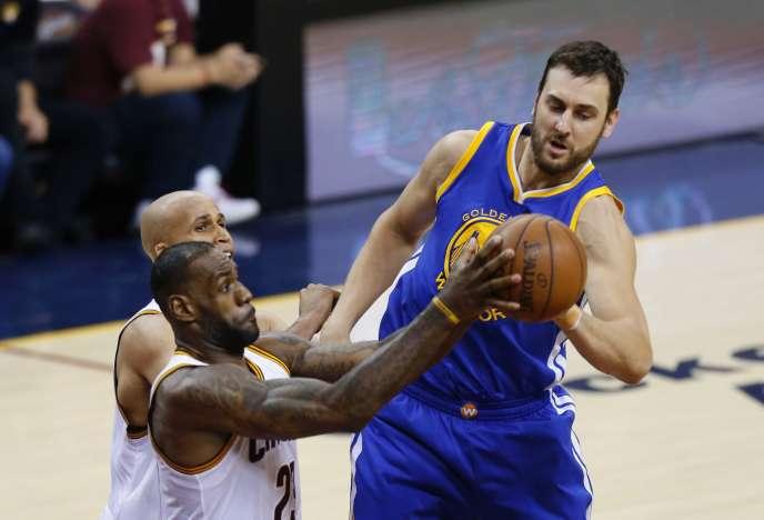 LeBron James (Cleveland Cavaliers) prend la balle à Andrew Bogut (Golden State Warriors), le 8 juin, lors du troisième match de la finale 2016 de NBA.