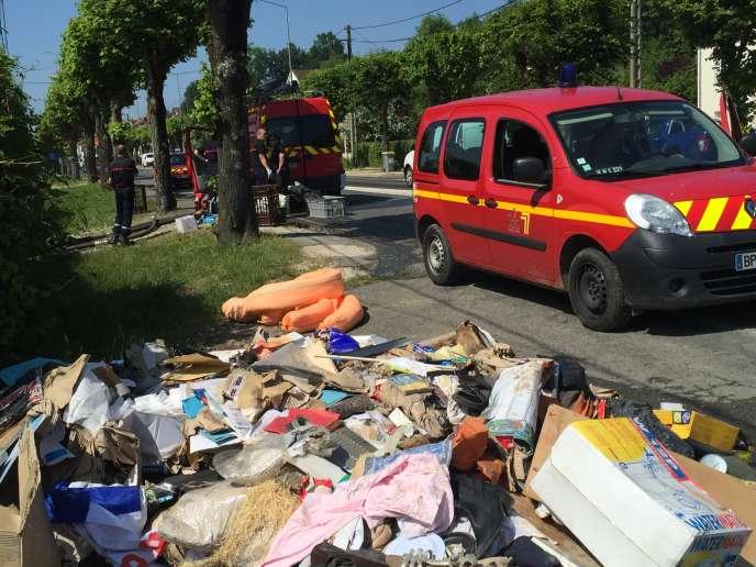A Nemours, le 9 juin, les pompiers évacuent les eaux polluées des maisons et les déchets s'entassent.