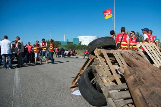 Des militants CGT bloquent, le 9juin, l'accès àl'incinérateur à Fos-sur-Mer, qui traite les ordures de l'agglomération marseillaise.