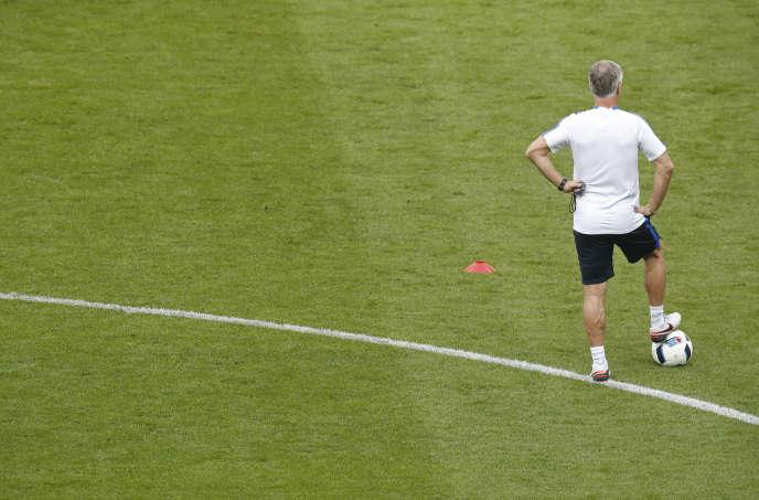 Didier Deschamps pendant un entraînement de l'équipe de France de football.