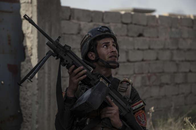 Les soldats de la Golden Division, les Special Forces des Forces Contre-terroristes Irakiennes (ICTF), fouillent les premières maisons de l'entrée de Fallouja le 5 juin 2016.