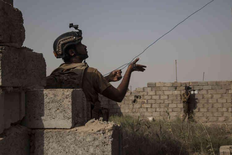 Les soldats de la police d'Anbar accompagnent les démineurs, des spécialistes de l'armée (EOD, « Explosive Ordnance Disposal »).