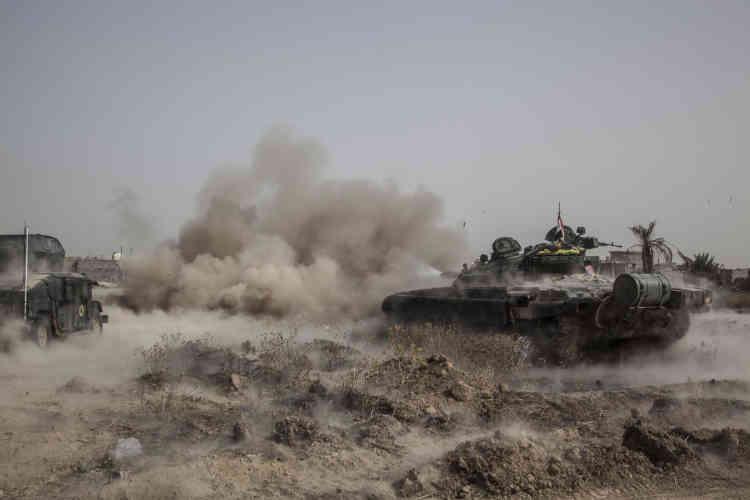 Deux chars de l'armée gouvernementale ont remplacé les tanks perdus l'avant-veille. Ils avancent aux côtés des bulldozers qui dégagent la route. Sur ce front, au sud de Fallouja, la police de la province de l'Anbar se bat également aux côtés de la Division d'or.