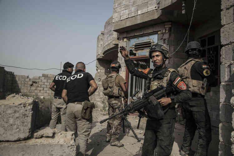 Les soldats de la Division d'or et les démineurs de l'armée investissent les premières maisons de l'entrée de Fallouja.