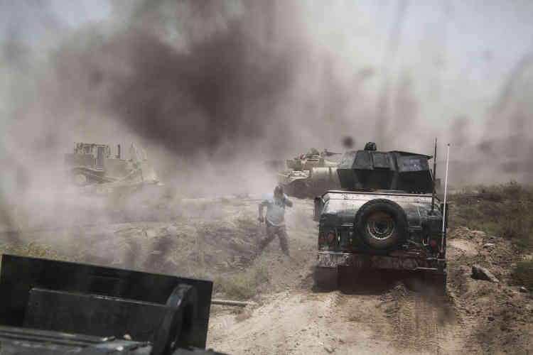 Les véritables ouvreurs de la progression sont les bulldozers blindés. Ils sont positionnés devant les deux chars d'assaut. Plusieurs mines explosent sur leur lame chaque jour.