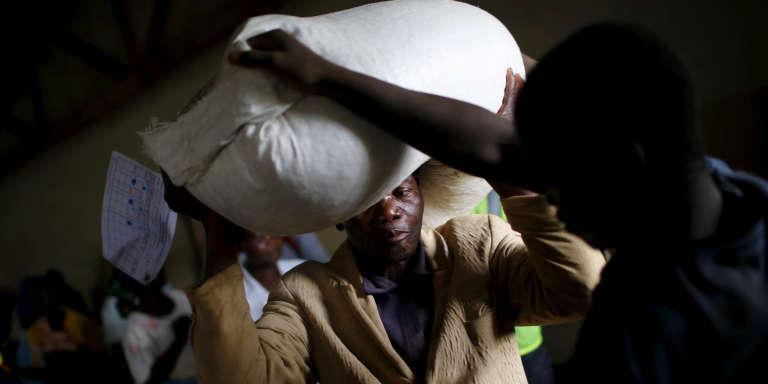 Distribution de denrées alimentaires par les Nations unies dans un village près de Lilongwe, la capitale du Malawi, en février 2016.