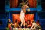 Nandi Behbhe dans le rôle de First Fairy, Edith Tankus dans le rôle de Snug, Lucy Thackeray dans le rôle de Quince, Tibu Fortes dans le rôle de Fairy, Margaret Ann Bain dans le rôle de Flute et Ewan Wardrop dans le rôle de Bottom dans «Songe d'une nuit d'été», de Shakespeare, mis en scène par Emma Rice.