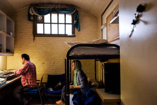 Un couple de réfugiés afghans dans leur chambre-cellule de la prison de Koepel, à Haarlem.