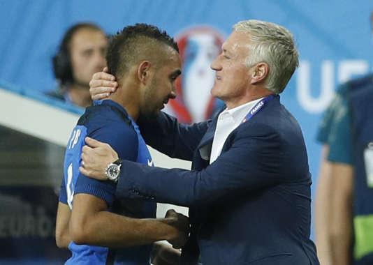Didier Deschamps félicite Dimitri Payet à sa sortie du terrain, face à la Roumanie.