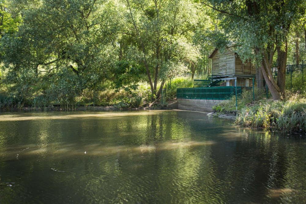Le bassin des Damoiseaux, à Igny, et le chalet de télégestion du SIAVB, qui permet une surveillance à distance du niveau de l'eau.