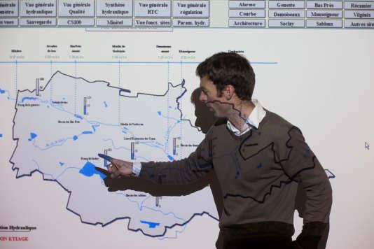 Hervé Cardinal, directeur des services techniques au SIAVB, montrant la carte du réseau de bassins du SIAVB et leurs niveaux de remplissage. L'objectif étant d'anticiper la hauteur de ces derniers pour éviter que les cours d'eau débordent.