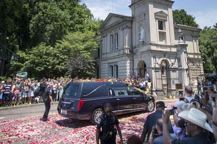 La procession s'est achevée au cimetière Cave Hill, pour une inhumation de « The Greatest » dans la stricte intimité familiale.