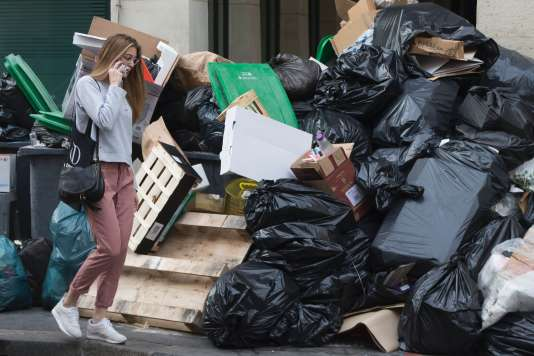 La situation est devenue critique dans la capitale où le ramassage des ordures n'est plus assuré que dans un arrondissement sur deux. Ici, à Paris, le 10 juin.