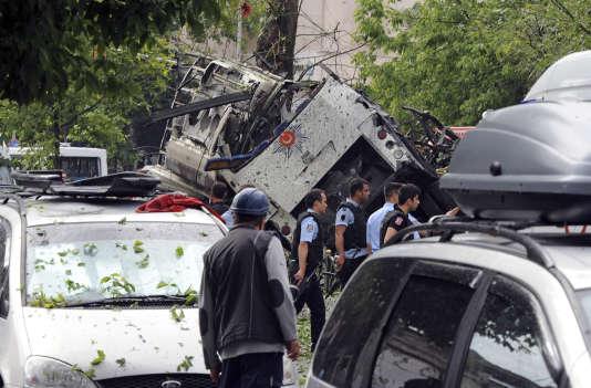 Le 7 juin, à Istanbul, une voiture piégée a explosé au passage d'un véhicule de transport de la police, provoquant la mort de 11 personnes, dont six policiers.