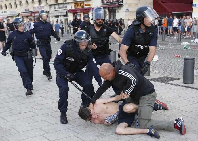 « Dix villes à quadriller, 24 équipes à protéger, 51 matchs à surveiller, 8 millions de supporteurs à contrôler dont quelques milliers de hooligans alcoolisés et ivres de violence : le défi est hors norme pour un pays ciblé en priorité par les mouvements islamistes radicaux» (Photo: à Marseille, le 10 juin).