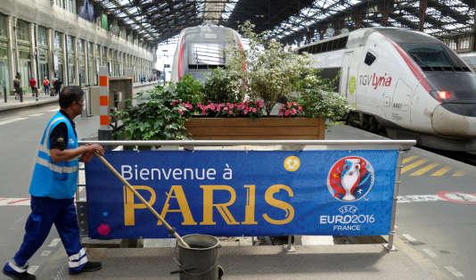 Une bannière pour accueillir les supporteurs de l'Euro 2016, gare de Lyon, à Paris, le7juin.