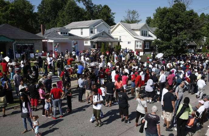 Personnes prêtes à participer au cortège funèbre de Mohamed Ali, devant sa maison d'enfance à Louisville, le 10 juin dans le Kentucky.
