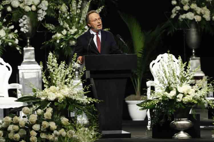 Les 15 500 spectateurs ont assisté à une pluie d'éloges et d'anecdotes, à l'image du comédien Billy Crystal qui a relaté comment il était devenu l'ami du géant.