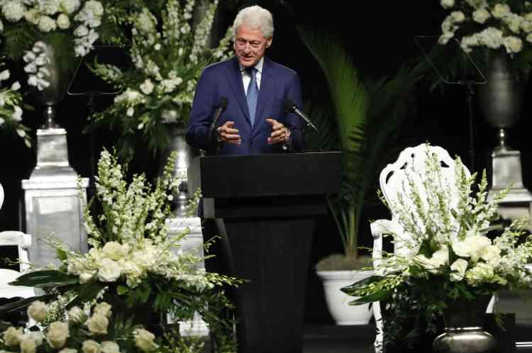 L'ancien président Bill Clinton a pour sa part salué un « homme libre et de convictions », dont « les choix nous réunissent tous ensemble aujourd'hui ».