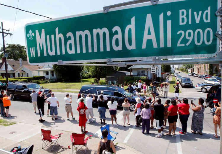 « Ali, Ali », ont scandé sous le soleil ces spectateurs, venus pour certains d'Afrique ou d'Asie. A un moment de sa vie, Mohamed Ali, décédé à 74 ans, fut le visage le plus immédiatement reconnaissable sur les cinq continents.