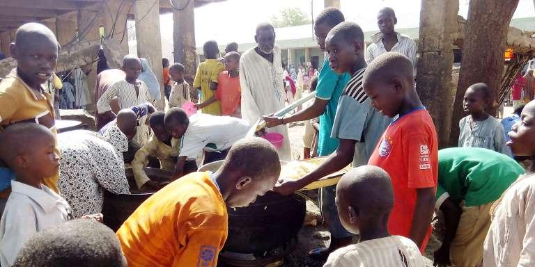 Le 19 mai 2016, des enfants déplacés reçoivent à manger dans le camp de Dalori, près de Maiduguri, au nord-est du Nigeria.