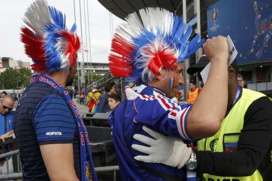 Contrôles de sécurité à l'entrée du Stade de France, vendredi 10 juin, avant la rencontre France-Roumanie.