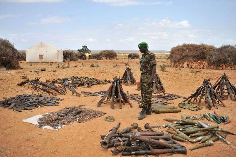 Le lieutenant colonel, porte-parole de la mission de l'Union africaine en Somalie (AMISOM), JoeKibet, examine les armes saisies dans le village Halgan le 10 juin 2016.