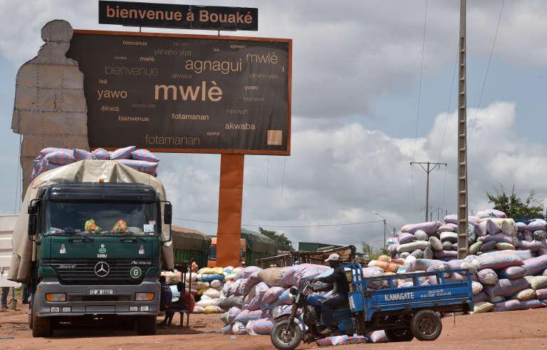 Des transporteurs maliens et burkinabé approvisionnent le commerce de Bouaké (Côte d'Ivoire), le 4 juin 2016