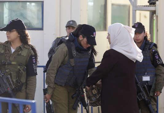 Fouilles à un point de contrôle de l'armée israélienne à Bethléem, en Cisjordanie, vendredi 10 juin.