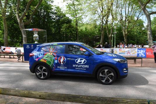 La Hyundai Tucson devant le trophée de l'Euro.