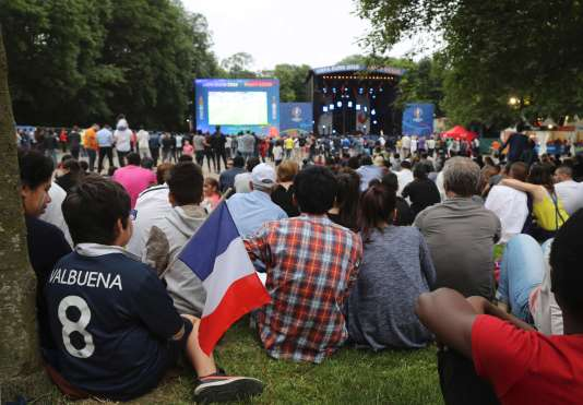 Dans la fan-zone de Saint-Denis, vendredi 10 juin.